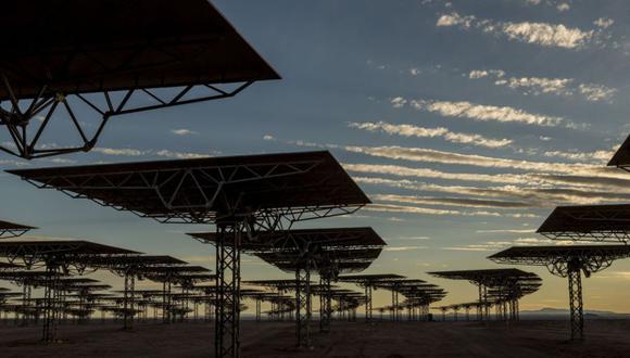 Espejos en el proyecyo térmico Cerro Dominador en Sierra Gorda, Atacama. Chile. Las plantas de energía virtual combinan energía de fuentes independientes que no están conectadas a la red. Pequeñas cantidades de exceso de electricidad que de otro modo se perderían, se pueden agregar y vender en el mercado eléctrico. Photographer: Cristbal Olivares