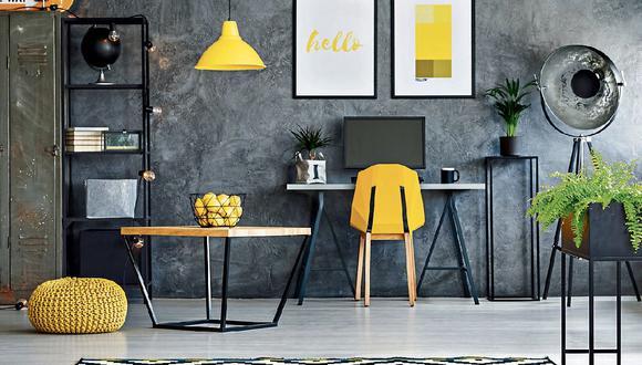 En salas. En una versión más sobria, el amarillo puede estar presente en detalles como sillas, lámparas, cuadros, flores, etc. (Foto: iStock)