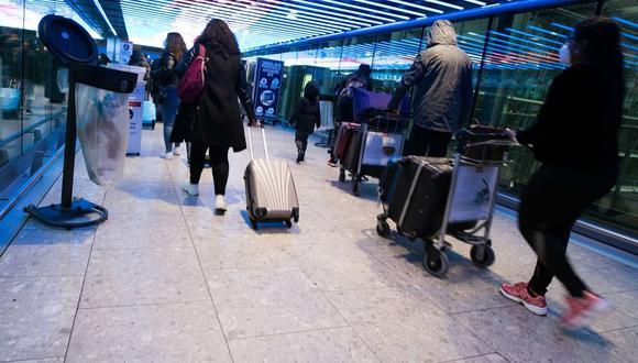 En Europa, Michael O'Leary, director ejecutivo de Ryanair Holdings Plc, argumenta que la prueba de fuego para mantener las restricciones de viaje debería ser las hospitalizaciones y las muertes.