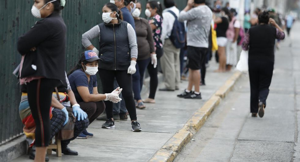 Largas filas de personas se reportaron esta mañana en el centro bancario situado en el distrito de Santa Anita para acceder al bono de S/380. (Foto: Miguel Yovera)