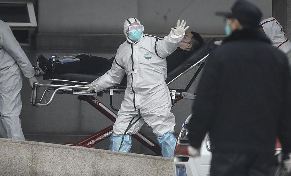 Personal médico del hospital Jin Yintan de Wuhan traslada a uno de los pacientes afectados (Stringer / Getty)