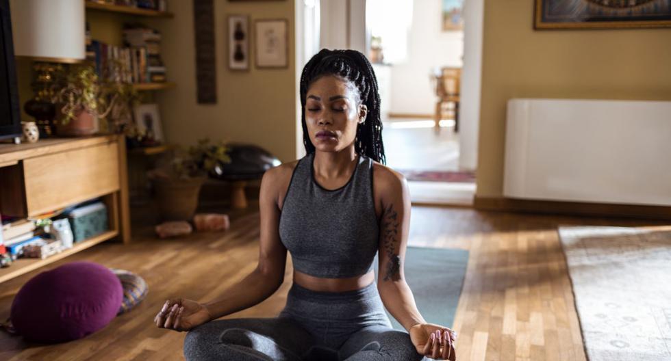 FOTO 1 | Yoga Para puestos que requieren de una gran exigencia o que generan mucho estrés, el ser practicante de yoga puede darte varios puntos de ventaja sobre el resto de candidatos. Esta actividad potencia tu autocontrol y tu capacidad de mantener la calma. (Foto: Getty Images).