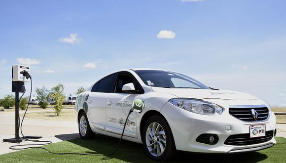 El costo de adquisición de los vehículos eléctricos es mayor que el de los convencionales, pero su mantenimiento cuesta menos. (Foto: EFE)