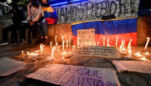 Los manifestantes realizan una vigilia por los compañeros manifestantes que murieron, desaparecieron o resultaron heridos en las protestas de los últimos días contra la reforma tributaria en Colombia. (Foto de Luis ROBAYO / AFP).