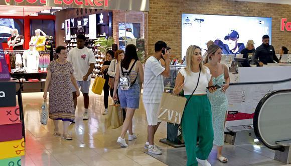 Los compradores sin máscara caminan en el centro comercial Dizengoff en la ciudad costera israelí de Tel Aviv, el 15 de junio de 2021. (JACK GUEZ / AFP).
