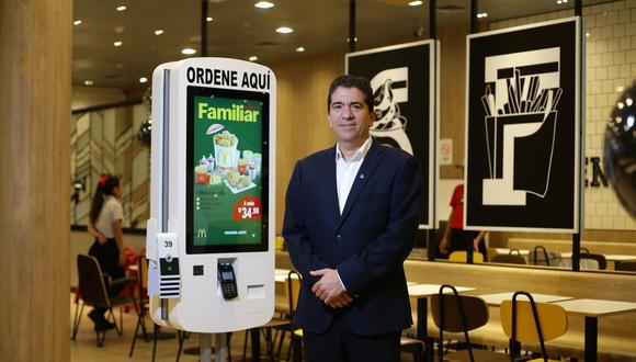 José Carlos Andrade, gerente general de McDonald´s en Perú en el nuevo local de Jockey Plaza, junto al sistema touch screen, parte de la propuesta de Experiencia del Futuro