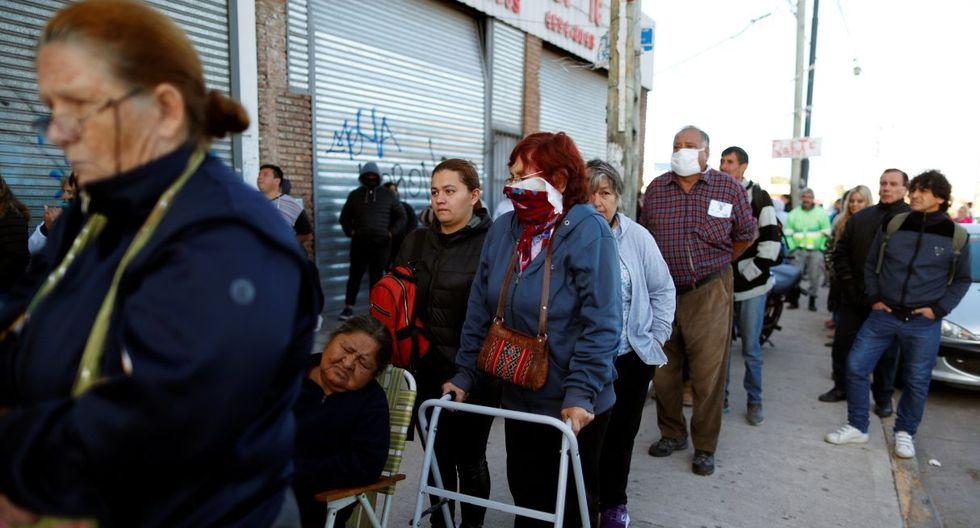 La gente se agolpó desde la madrugada frente a las entidades bancarias por la urgencia de tener dinero en sus bolsillos, pese a que los bancos seguirán abiertos en los próximos días. (REUTERS/Agustin Marcarian).