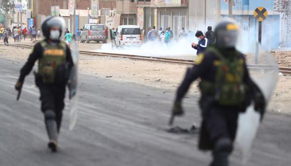 Los policías retiraron los bloques de cemento que obstaculizaban el paso de los vehículo en la Carretera Central. (Foto: HugoCurotto / @photo.gec)