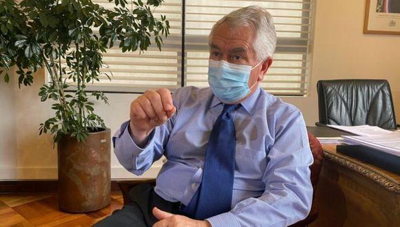 Foto de archivo del ministro chileno de Salud Enrique Paris durante una entrevista con Reuters en su oficina en Santiago, Chile. Noviembre, 2020. REUTERS/Esteban Medel