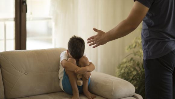 """Los padres """"tensionados durante la pandemia perciben la conducta del niño como estresante, conllevando a conductas violentas que atemorizan o alejan a los menores, afectando el normal desarrollo y condicionando al incremento de la agresividad en sus hijos"""", dijo Rolando Pomalima, un psiquiatra que dirige la unidad que realizó el estudio. (Foto: iStock)"""