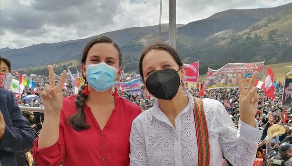 Anahí Durand y Verónika Mendoza en la juramentación de Guido Bellido en Pampa de la Quinua. (Foto: Anahí Durand / Twitter).