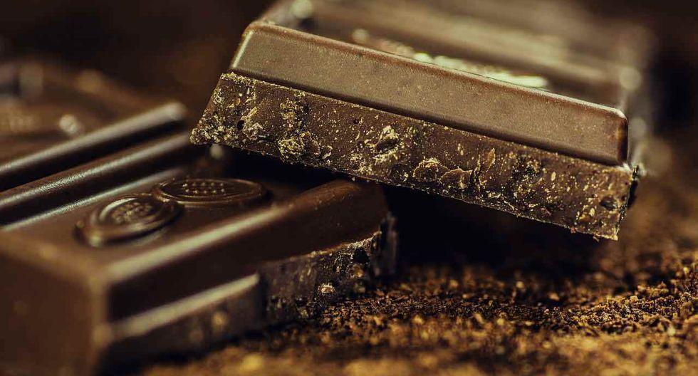 FOTO 8 | Chocolate, envuelve una barra de chocolate oscuro en varias capas de papel aluminio y colócala sobre una parrilla de carbón de madera a fuego bajo. Lanza pedazos pequeños de mantequilla sobre el carbón para producir más humo.  Asalo por aproximadamente 6 minutos (3 minutos de cada lado). El chocolate se derretirá completamente. Remueve el paquete de aluminio de la parrilla y rocía el chocolate derretido sobre helado de vainilla, o coloca el paquete en el congelador para que se ponga duro y luego simplemente desenvuélvelo y cómelo.