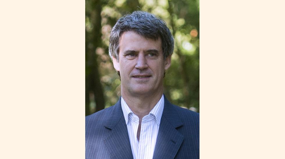 El economista Alfonso Prat-Gay (50 años), exejecutivo de JP Morgan en Londres, dirigirá el estratégico ministerio de Hacienda y Finanzas, es definido como un liberal heterodoxo. Se graduó en Economía en la Universidad Católica Argentina (UCA) y obtuvo pos