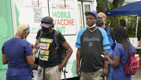 Personal médico brindando información sobre la vacuna Johnson & Johnson Miami, Estados Unidos. (Foto: AP)