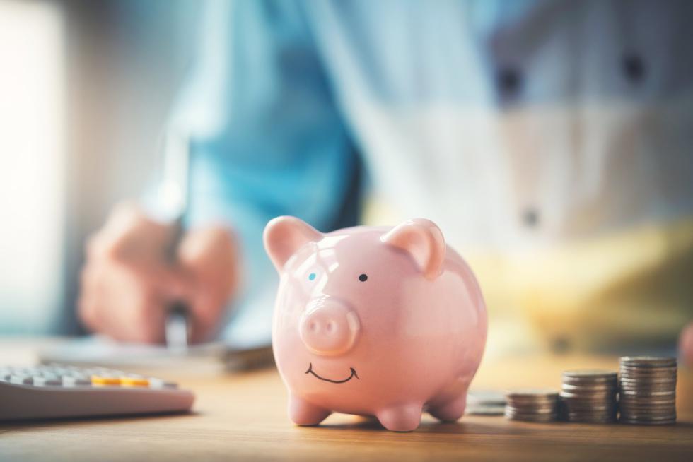 El primer paso es ser curioso sobre tu dinero. Se trata de desarrollar un genuino interés por saber qué está pasando en tu vida financiera, en vez de focalizarte en resolver cómo pagar un par de deudas. Para eso, un enfoque adecuado es comenzar por preguntarnos qué nos está diciendo el dinero sobre cómo usamos nuestro tiempo y qué cosas son realmente importantes para nosotros. (Foto: iStock)