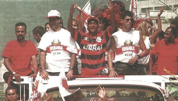 El jugador brasileño de Fútbol, Romario, es aclamado por cientos de admiradores tras su arribo a Río de Janeiro, luego de ser cedido por el Barcelona al Flamengo. (foto AFP)