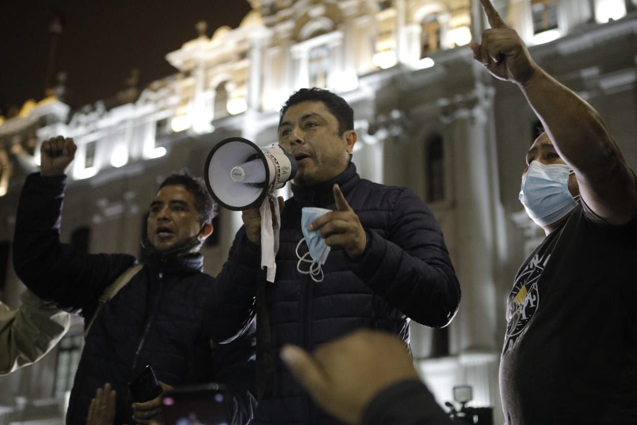 El congresista Guillermo Bermejo hizo uso de la palabra en la plaza San Martín. (Foto: Joel Alonzo / @photo.gec)