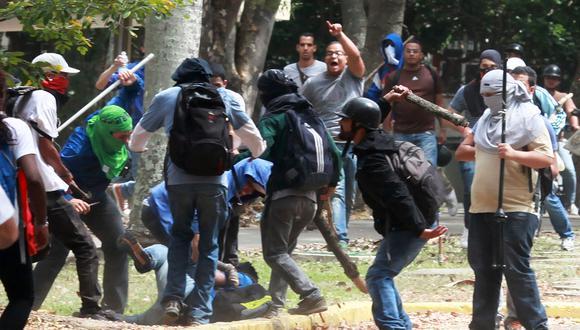 Colectivos chavistas reprimen una protestas estudiantil en marzo del 2014. (AFP).