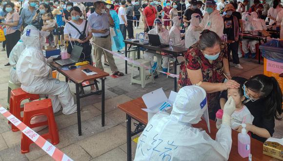 La Comisión Nacional de Sanidad de China informó hoy de que, de los 60 nuevos contagios locales diagnosticados este lunes, 32 se localizaron en Xiamen, por lo que decidieron confinar a la enorme ciudad, una de las más pobladas de la provincia de Fujian. (Foto: AFP)