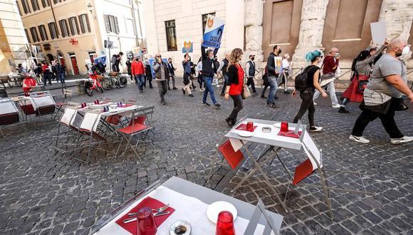 Propietarios de restaurantes se reúnen durante una protesta contra la perspectiva de nuevas restricciones por coronavirus en el centro de Roma. (Foto: EFE).