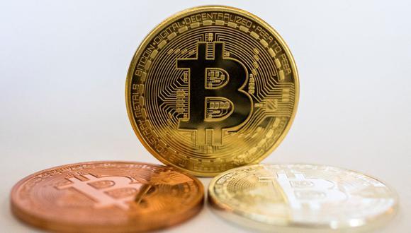 """Una imagen tomada el 6 de febrero de 2018 muestra una representación visual de la criptomoneda digital Bitcoin, en la tienda """"Bitcoin Change"""" en la ciudad de Tel Aviv.  (JACK GUEZ / AFP)."""