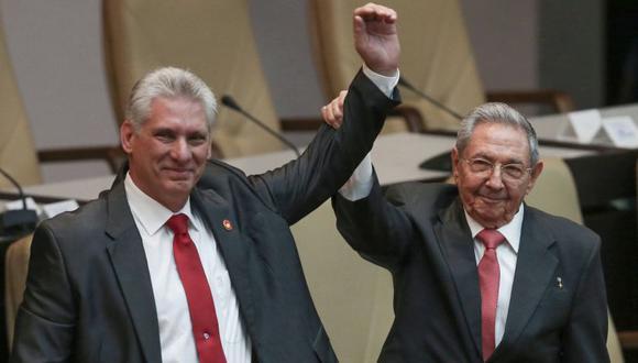 Cuba aprueba proyecto de nueva Constitución que reconoce propiedad privada.En imagen, el presidente Miguel Díaz-Canel y Raúl Castro.(Foto referencial: AP)