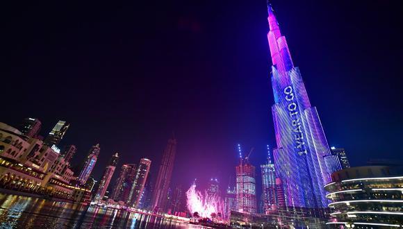 Burj Khalifa de Dubai, el edificio más alto del mundo es iluminado durante las festividades que marcaron el conteo regresivo para la Expo 2020. (Foto: AFP)