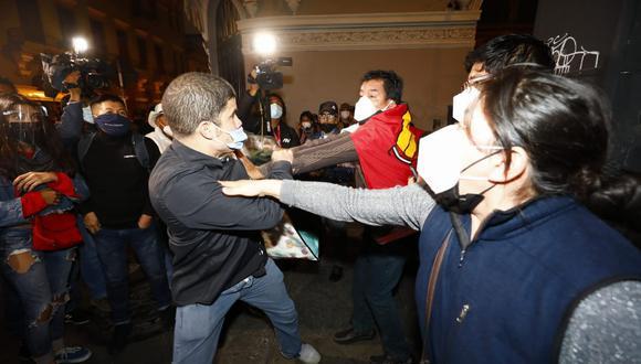 Enfrentamiento entre seguidores y detractores de Pedro Castillo. (Foto: Eduardo Cavero / @photo.gec)