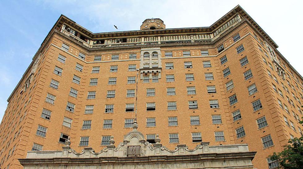 """En 1929, antes que estallara la """"Gran Depresión"""", el Hotel Baker abrió sus en Mineral Walls, Texas. Con 57 metros de alto, su construcción tuvo un costo de USD 1.2 millones, un exceso para la época. El hotel tuvo su periodo de gloria durante la"""