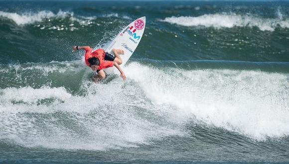 Sofía Mulánovich ejecutando una de sus maniobras de surf en el Mundial ISA de Japón. (Foto: Surfandrocktv)
