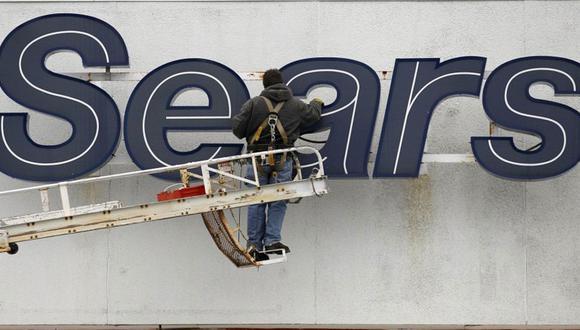 FOTO 8   El grupo llegó a tener 355.000 empleados y 3.800 locales en Norteamérica. En la imagen, un empleado repara el logotipo de la compañía en la fachada de unos grandes almacenes de Sears en Solon, Ohio (EE UU), en 2012. (Foto: AP/ EL PAÍS)