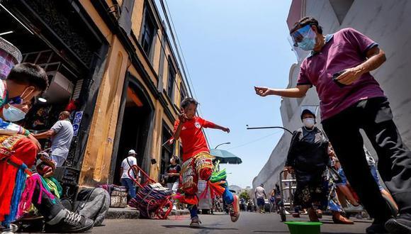 Más allá de la danza, el arte callejero, en sus múltiples formas, resiste y subsiste en el centro histórico de Lima como eco del afán de resiliencia de quienes en tiempos de pandemia se encararon a la terrible disyuntiva de tener que elegir entre la enfermedad o el hambre. (Foto: EFE/Luis Angel Gonzales Taipe)
