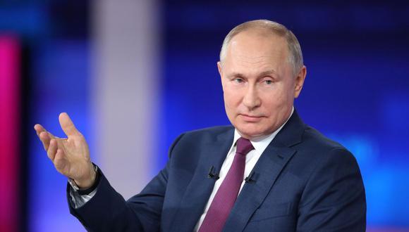 El presidente ruso Vladimir Putin habla durante un programa anual televisado por teléfono en Moscú, Rusia, el 30 de junio de 2021. (Sputnik/Sergei Savostyanov/Pool/REUTERS).