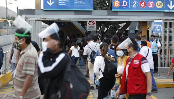 Es obligatorio que los pasajeros utilicen la mascarilla y protector facial para ingresar a comercios Foto:César Bueno @photo.gec