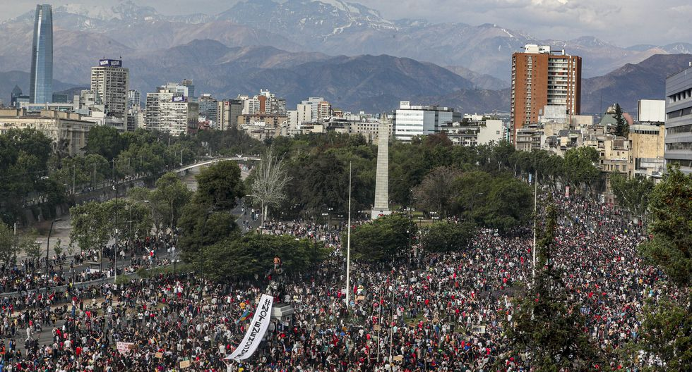 Nadie porta ningún emblema de partidos políticos y sus representantes han optado por guardar distancia por miedo a pasar un mal rato entre las miles de personas que han decidido manifestarse en las calles de Chile. (Fuente: AP)