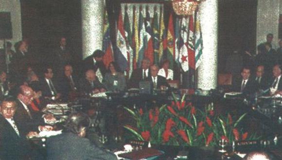 Vista general de la reunión presidencial del Grupo de Río, en la cual 14 países analizan la postura que tomarán frente a la Cumbre de las Américas que se realizará en EE.UU. a fin de año (foto AFP)