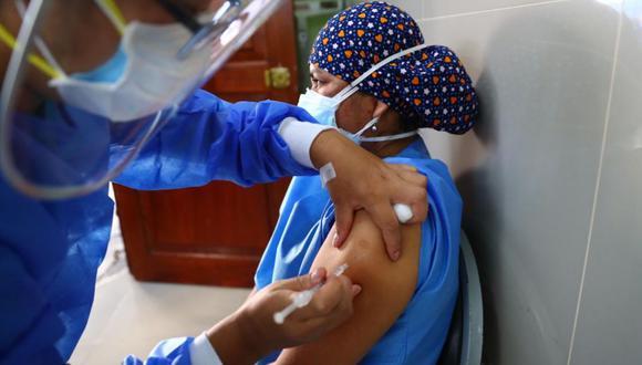 El CDC del Minsa señaló que se ha reportado un descenso de casos de COVID-19, así como hospitalizaciones y mortalidad en el personal de salud. (Foto: GEC)