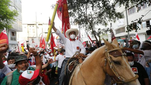 La toma de posesión de Castillo tuvo lugar con ocasión del bicentenario de la independencia del Perú del dominio colonial español. En la imagen se ve a Pedro Castillo en el cierre de su campaña presidencial. (Foto: Violeta Ayasta / GEC)