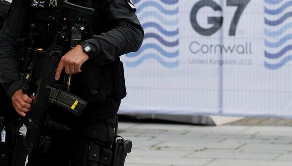 Policías armados caminan en Falmouth mientras se llevan a cabo los preparativos para la cumbre de líderes del G7, Cornualles, Gran Bretaña, 10 de junio de 2021. (Foto: Reuters/ Phil Noble)
