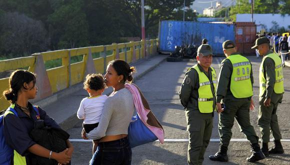 Pese a la reapertura peatonal, la circulación de vehículos no está permitida y los puentes siguen bloqueados con los contenedores en la frontera entre Venezuela y Colombia. (Foto: AP)<br>