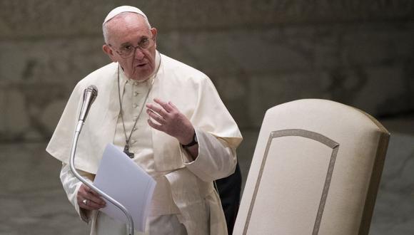 Francisco los invita a seguir acudiendo a la iglesia independientemente de los juicios de los demás. (Foto: Tiziana FABI / AFP).