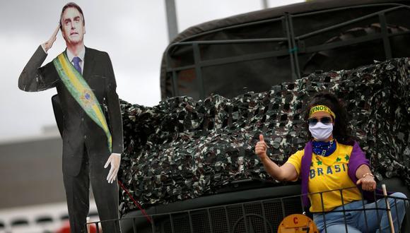 Un partidario del presidente brasileño Jair Bolsonaro participa en una caravana para protestar contra la Corte Suprema de Brasil, en medio del brote de la enfermedad por coronavirus (COVID-19), en Brasilia, Brasil, el 9 de mayo de 2020. (REUTERS/Ueslei Marcelino).