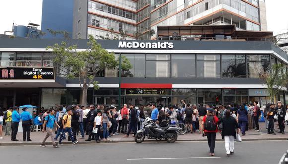 Un grupo de personas protestó en los exteriores del local de McDonald's en Miraflores. (Foto: Radio Miraflores/Twitter)