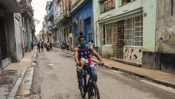 Por meses Cuba mantuvo bajo control relativo la pandemia, pero un rebrote se desató luego de que en noviembre las autoridades dispusieran la apertura de los aeropuertos y las autorizaciones para vuelos comerciales. (Foto: YAMIL LAGE / AFP)
