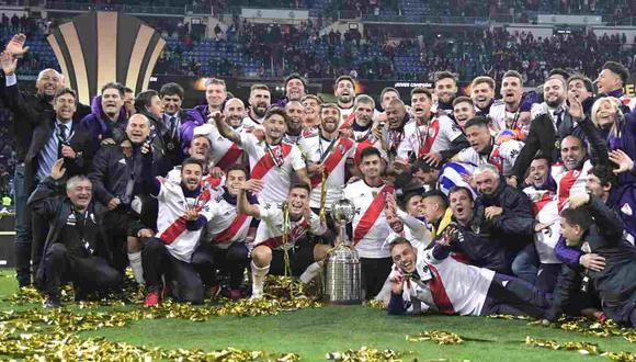 River Plate celebra con el trofeo luego de ganar el partido de vuelta de la final de la Copa Libertadores frente a Boca Juniors en el estadio Santiago Bernabeu en Madrid el 9 de  diciembre del 2018. (Foto: AFP)