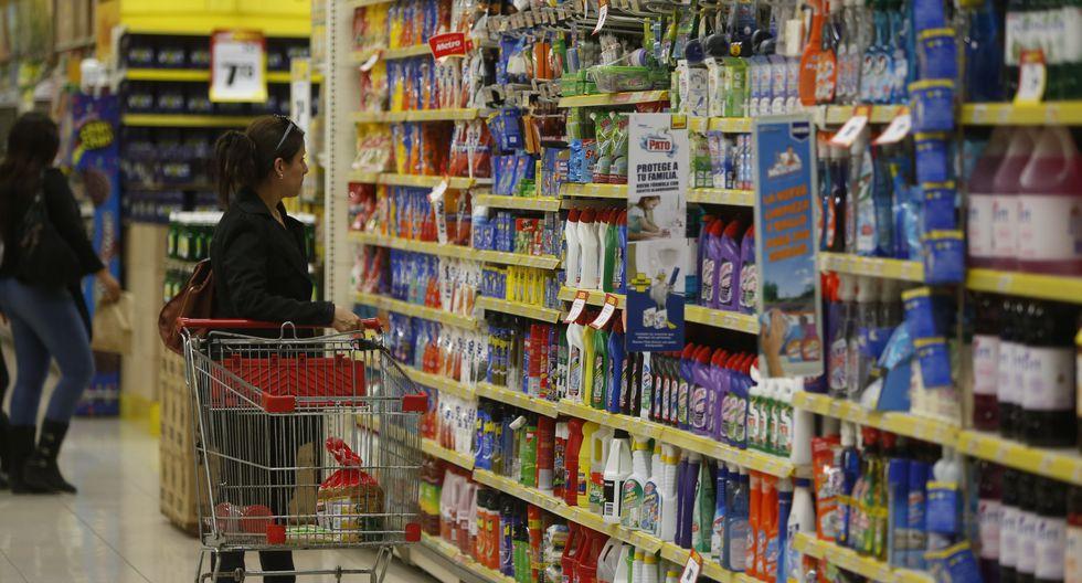 3.     Comparar precios. Una buena idea para enseñarle al niño el valor del dinero es que pueda acompañar a los padres mientras hacen las compras para que aprenda a comparar precios y calidad. (Foto: GEC)