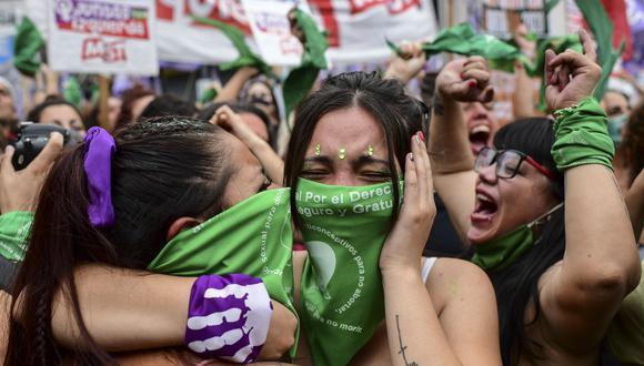 Manifestantes celebran con pañuelos verdes, símbolo de los activistas por el derecho al aborto, frente al Congreso argentino en Buenos Aires luego de que los legisladores aprobaran un proyecto de ley para legalizar el aborto. (Foto: RONALDO SCHEMIDT / AFP)