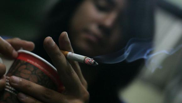 El Ministerio de Salud reveló que los peruanos se inician, en promedio, a los 18 años de edad en el consumo de tabaco. (GEC)