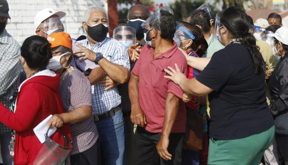 Un grupo de ciudadanos que llegó hasta el Parque Ecológico San Martín de Porres generaron desorden y caos en horas de la mañana debido a la ausencia de miembros de mesa y denuncias de que no se estaría respetando el orden de las colas que se habían formado desde temprano para las Elecciones Generales de Perú 2021. (Foto: Diana Marcelo / GEC)