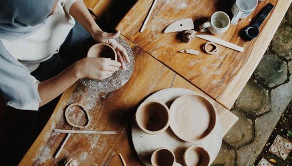 FOTO 14    14. Vende artesanías en línea (y en tiendas).  ¿Eres bueno con las manualidades? Puedes vender diseños únicos en mercados de artesanías en línea, como Etsy o eBay, y en algunos otros menos conocidos como Amazon Handmade, Bonanza, Craft Is Art, DaWanda, ArtFire, Aftcra o Zibbet, por nombrar algunos. La mayoría de estos sitios cobran un pequeño fee por mostrar tus productos y toman un porcentaje de tus ventas.  Si te decides por este camino, no sólo te suscribas a Etsy para vender tus productos. Etsy es un mercado sumamente competitivo, así que los precios iniciales son bajos. Tendrías que vender demasiadas unidades para sacarle ganancia a tu trabajo. Pon tus artesanías en venta en 4 o 5 mercados en línea, incluyendo Etsy que ofrece una gran exposición, y luego decide si necesitas ponerlos en más sitios.  Otra forma de hacerlo es poner tu propia tienda en línea, aunque tendrás que pagar una suscripción mensual y descubrir cómo empezar a vender, algo que puede ser complicado para los que no son tan tecnológicos. Las ventajas de las ventas en línea para las mamás son que una vez que pones tus artículos y tienes un inventario, el proceso de venta es muy pasivo hasta que haces una venta y tienes que hacer el envío. (Algunos mercados hacen eso por ti). Sin embargo, si ofreces diseños a la medida, tienes que considerar la labor que requiere hacer tus artesanías personalizadas, así como el dinero que hace falta para los materiales. El dinero que ganes de esta labor varía mucho, así que sé conservador a la hora de gastar dinero en materiales al inicio. Quieres probar y aprender del mercado que hay para tus productos, así que no te limites a las tiendas en línea. Busca si hay boutiques y tiendas locales que pudieran estar interesadas en distribuir tus productos.(Foto: Getty)